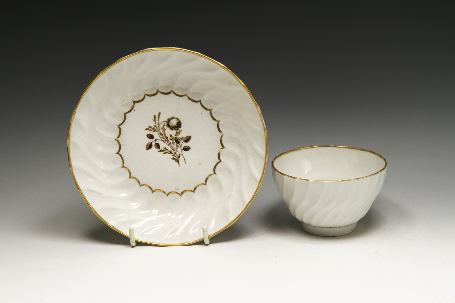 1047 - A Worcester teabowl and saucer painted with flowers, c 1785
