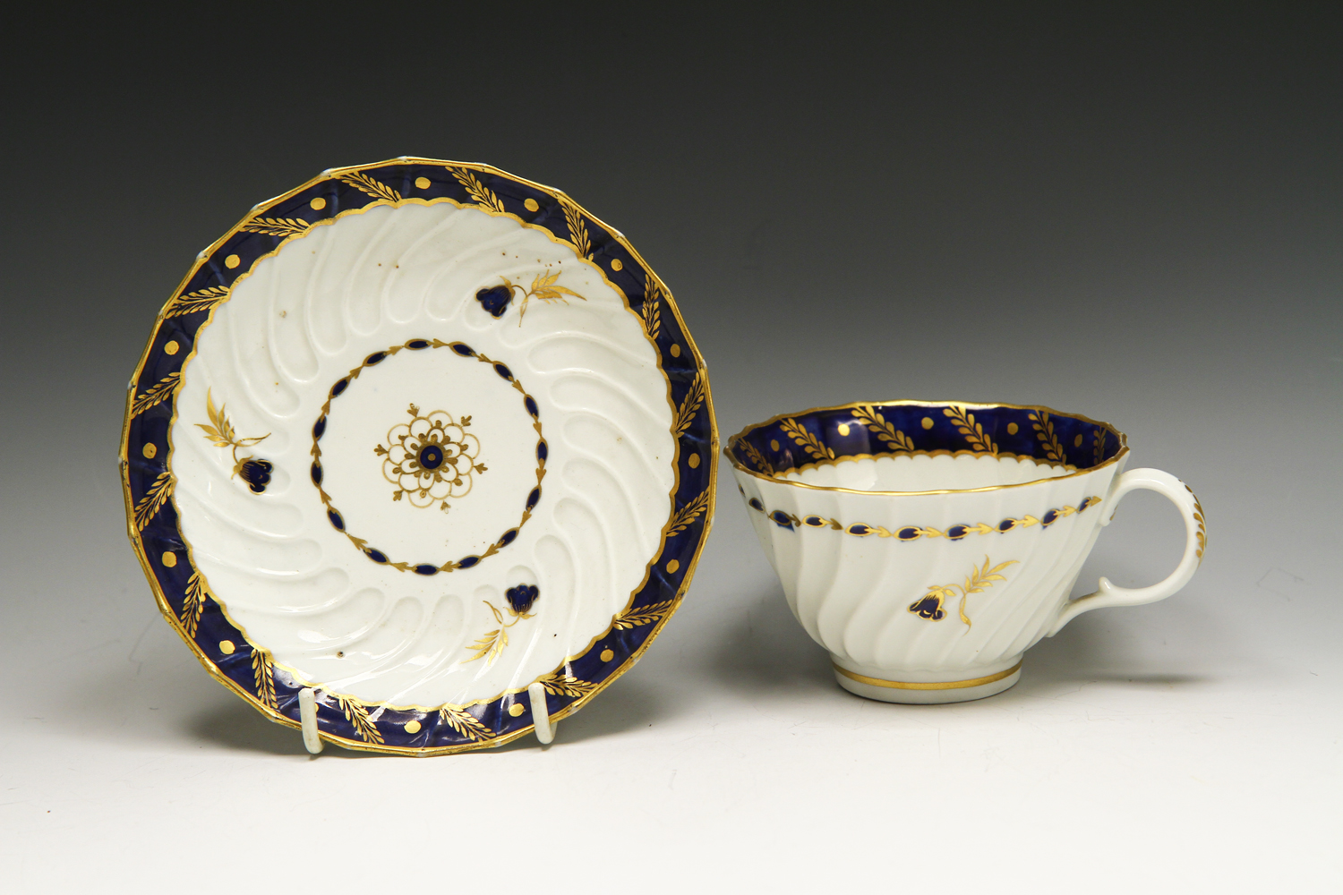 1050 - A Worcester spirally fluted tea cup and saucer c 1785
