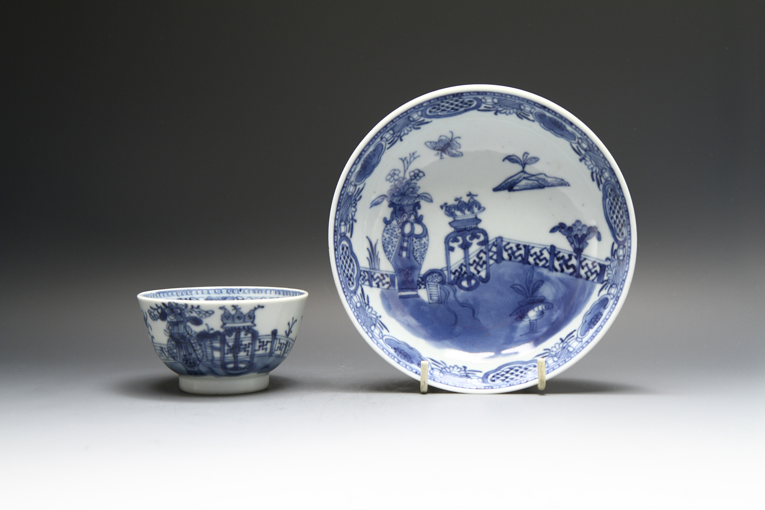1113 - A nice Chinese teabowl and saucer c 1780