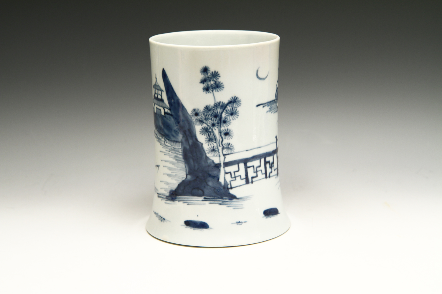 1007 - Early Worcester mug in Crescent Moon patttern, c 1754
